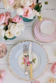 Good-looking mix. Sweet flowers, lace table cover and pastel tabelware.