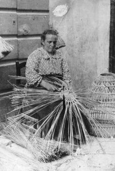 Basket weaving in Foggia. Italy Culture, Vintage Italy, Foto Vintage, Folk, Italian Traditions, Arte Popular, Slums, Vintage Pictures, Vintage Photography