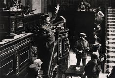 23 de febrero, 1981  El Teniente Coronel Antonio Tejero Molina y varios miembros de la Guardia Civil y la polícia militar asaltan el parlamento de España, en Madrid, en un intento fallido de golpe de estado.