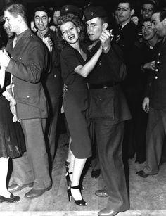 Historic Photograph of Rita Hayworth Dancing With A Serviceman At The Hollywood Canteen Hollywood Actor, Golden Age Of Hollywood, Vintage Hollywood, Hollywood Glamour, Hollywood Stars, Classic Hollywood, Rita Hayworth, Classic Movie Stars, Classic Movies