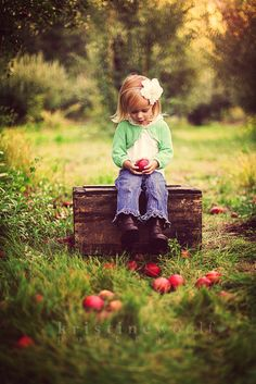 fall mini - apple orchard (where could I find a box like this? Fall Family Photos, Fall Photos, Cute Photos, Fall Pictures Kids, Autumn Photography, Family Photography, Fall Children Photography, Apple Orchard Photography, Heart Photography
