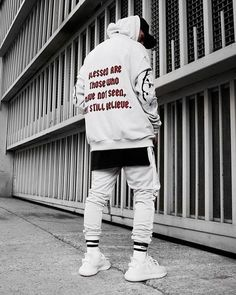 Men's Streetwear Outfits to copy now Mens Urban Streetwear, Streetwear Jeans, Style Streetwear, Mens Streetwear Fashion, Men Street, Street Wear, Men Looks, Hypebeast Outfit, Mode Man