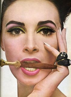 Vintage Makeup face is coming back. - A concise illustrated history of womens makeup looks in the and the key styles that were popular in the swinging sixties. 1970s Makeup, Vintage Makeup, Vintage Beauty, Vintage Fashion, Retro Makeup, Eye Makeup, Hair Makeup, Movie Makeup, Pose