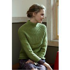 Sweater strikket ovenfra. Dejlig sweater med flot stråleformet bærestykke. Den er ikke så svær at lave, og bærestykket er forklaret i tekst. Her strikket i uld og cashmere på pinde 4 og 4½.
