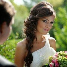 Linda trança lateral para inspirar nossas brides to be. Sou super fã desse penteado! ❤️ Side braid to inspire our brides to be. I love this hairstyle!  #mysweetengagement