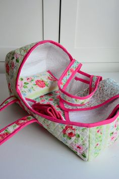 Aesthetic Nest: Sewing: Baby Doll Baskets for the Waldorf Dolls--. she used prequilted fabric from joanns-- great idea! I know that is for baby dolls but you can use it for American Girl dolls ! Sewing Doll Clothes, Baby Doll Clothes, Sewing Dolls, Barbie Clothes, Sewing Projects For Kids, Sewing For Kids, Baby Sewing, Doll Crafts, Diy Doll
