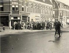 Afbeelding van de rij wachtenden voor de winkel van de Aardappelhandel J.W. Wouterse jr. (Kanaalstraat 105) te Utrecht voor de op de bon verkrijgbare waren. 1941-1944