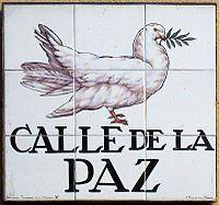 Paloma de la paz pintada sobre azulejos en la Calle de la Paz, en Madrid. D.M.G