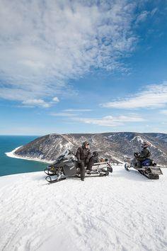 Féerique en hiver, la Gaspésie compte d'impressionnants panoramas que vous aurez le privilège de découvrir en motoneige. À voir absolument : le mont Saint-Pierre, qui compte quatre points de vue clôturés sur le bord d'une falaise. Vous y verrez les villages, la mer et même la Côte-Nord par temps clair. Également, à 0,6 km du sentier, le mont Bernèche vous offre un autre point de vue très impressionnant. Photo : Roger St-Laurent. Le Village, Laurent, Points, Sci Fi, Photos, Mountains, Travel, Snowmobiles, Cliff
