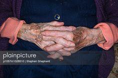 p1057m1028510, Alte Frau, Altenpflege, Anonym, Blau, Frau, Hand, Kaukasier, Pflege, Über 90 Jahre