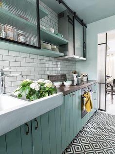 New Kitchen Colors Country Shelves Ideas Kitchen Tiles, Kitchen Flooring, New Kitchen, Vintage Kitchen, Kitchen Black, Kitchen Sink, Mint Kitchen, Modern Retro Kitchen, White Kitchen Floor