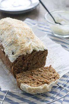 Een gezonder wortelbrood met kokos en een klein beetje suiker. Met de topping van roomkaas erbij is het echt een feestje.