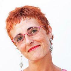 Carmen Gil Martínez nace en La Línea de la Concepción (Cádiz) en 1962. es escritora de literatura infantil, fundamentalmente de poesía infantil.