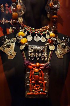 'Parure de femme. Aït Ou Afqa. Oasis présahariennes, région de Tata, au sud de l'Anti-Atlas'. || Musée du quai Branly. Paris.