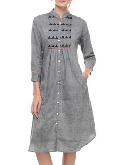 This is a Grey Mangalgiri Tunic With Yoke with a front pocket featuring a red detailing. The tunic features a Collar across the front neck with button closure and has elbow length sleeves. Salwar Designs, Kurta Designs Women, Blouse Designs, Kurta Patterns, Dress Patterns, Cotton Tunics, Cotton Dresses, Look Fashion, Indian Fashion