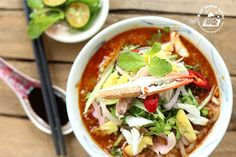 Crab Laksa - an authentic bowl of laksa always comes with slippery vermicelli, a spicy broth (the spicier the better), generous toppings of shredded chicken and fresh prawns. Asian Recipes, Real Food Recipes, Cooking Recipes, Ethnic Recipes, Spicy Dishes, Thai Dishes, Healthy Canned Soups, Laksa Recipe, Yummy Asian Food