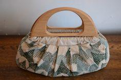 大人の女性にぴったりな、いつでも持ち歩きたくなるバッグですね。 <mori>のテキスタイルに、木の持ち手は相性ぴったりです。