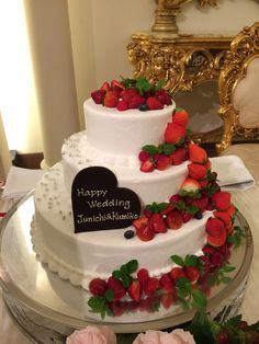 アスタープレイスのプランナーブログ「オリジナルウェディングケーキ」 Wedding Strawberries, Strawberries And Cream, Cream Wedding Cakes, Wedding Cupcakes, Strawberry Sweets, Wedding Cake Prices, Candy Cakes, Wedding Sweets, Love Is In The Air