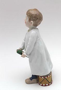 Meissen Figur '' Hentschelkind auf einem Stecken reitend '' '' Meissen um 1905 '' Entwurf: Konrad Hentschel. Modell-Nr: W 119. Die Figur hat eine Höhe von ca. 18,7 cm.