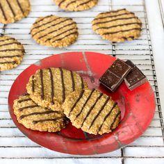 Receta para hacer galletas de avena veganas, sin huevos ni lácteos. Las hemos decorado con un poco de chocolate. Ideales para el desayuno y la merienda.