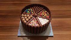 Bunte Schoko-KitKat-Smarties Torte, ein sehr schönes Rezept aus der Kategorie Backen. Bewertungen: 42. Durchschnitt: Ø 4,1.