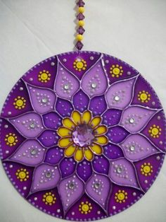 Mandala violeta Cd Crafts, Hobbies And Crafts, Diy And Crafts, Arts And Crafts, Mandala Art, Cd Recycle, Recycled Cds, Cd Diy, Stained Glass Patterns