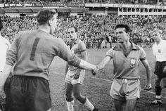 Copa de 1958 - Zagallo cumprimenta o goleiro inglês McDonald após empate por 0 a 0, em jogo válido pela primeira fase da Copa