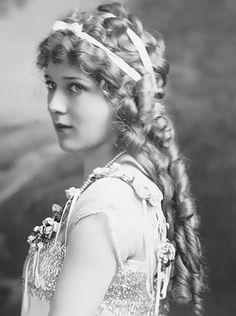 Mary Pickford, c. 1915.