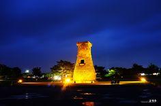 갤러리공감 :: 첨성대  Cheomseongdae Observatory in Gyeongju,South Korea/Opposite Daereungwon along a footpath you can see Cheomseongdae in the shape of a traditional liquor jar.   Not quite 10 meters tall, it used to be the observatory of Silla and its shape is a harmony of straight and curved lines, looking somewhat like a bottle, with stones laid on the top in the shape of a hash symbol. Even though it is quite small, it is amazing that it has been standing for over 1,000 years in the palace…