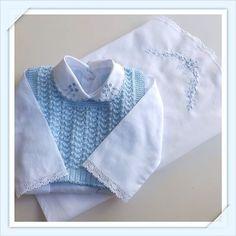 Um encanto... Um luxo! Jogo de pagão de cambraia, colete de tricô feito a mão e vira manta! #pagão #tricô #viramanta #enxoval #enxovaldebebe #maternidade #gravidez #gravida #bebe #baby #lindo #luxo #cambraia #maedemenino #maedeprimeiraviagem #euquero #seubebemerece