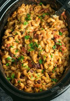 This Slow Cooker Vegetarian Chili Mac Recipe is made all in the crockpot (even the noodles! A super easy vegetarian crockpot recipe to feed a crowd. Vegetarian Chili Mac Recipe, Healthy Crockpot Recipes, Slow Cooker Recipes, Beef Recipes, Vegan Recipes, Healthy Food, Vegetarian Entrees, Vegetarian Cheese, Crockpot Meals