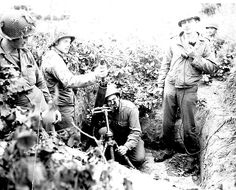 US 504th Parachute Infantry Regiment mortar team in Italy with M1 mortar, Italy, September 1943. (US Army photo)