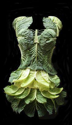Nie wiemy, na jakie okazje nadaje się sukienka z kapusty, ale jest piękna! Nie macie pomysłu na szalone kreacje? Duża Zielona #Big-Active to czysta inspiracja! Autor - Jessy Oag-Cooper ,