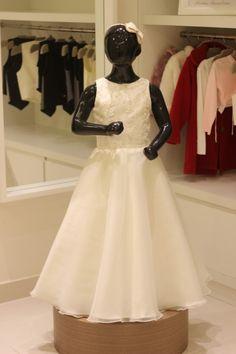 15 Modelos de Vestido de Daminhas de Casamento - Vestido perolado com aplicação de pedraria by Black Tie