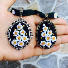 Günaydın 🌿 Silk Ribbon Embroidery, Embroidery Jewelry, Hand Embroidery Patterns, Embroidery Art, Cross Stitch Embroidery, Creative Embroidery, Resin Crafts, String Art, Flower Arrangements