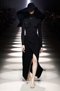 Givenchy Fall 2020 Ready-to-Wear Collection - Vogue Fashion Week, Paris Fashion, Runway Fashion, High Fashion, Autumn Fashion, Givenchy, Style Haute Couture, Couture Fashion, Vogue Paris