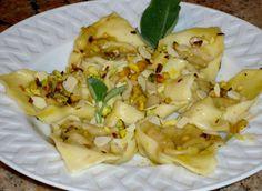 Cuocete al forno la zucca avvolta in carta stagnola, passatela al setaccio. Tritate la mostarda e pestate gli amaretti.