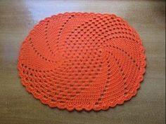 Tapetes de crochê ficam lindos em qualquer peça da casa. Quem sabe fazer, só de ver os modelos já pode começar a tramar as linhas e fazer um para embelezar o lar ou até vender para...