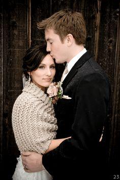 Cozy knit shawl for winter brides   http://emmalinebride.com/themes/ideas-winter-weddings/