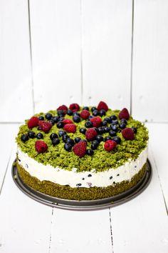 Ciasto leśny mech czyli ciasto szpinakowe z śmietaną kremówką z mascarpone i owocami. To dzięki szpinakowi ciasto ma taki ładny zielony kolor.