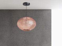 Lampa wisząca REINE doda każdemu pomieszczeniu dużo charyzmy. Cekiny z miedzi o łuskowatym kształcie przypominającym skόrᶒ wᶒża w nadzwyczajny sposόb odbijają światlo słoneczne. Jej blask z pewnością zwrόci uwagᶒ Twoich gości, a owalna forma bᶒdzie idealne pasować do każdego stylu. Lampa posiada matowy czarny kabel o maksymalnej długości 120 cm. Wymiary klosza wynoszą 19x30 cm. Do lampy zaleca siᶒ stosowanie żarόwek (E27) o maksymalnej mocy 40 Wat. Nie ma znaczenia w jakim pomieszczeniu…