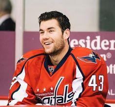 OH MY LANTA LOOK AT HIMMMMM ❤❤❤❤❤ Caps Hockey, Hot Hockey Players, Flyers Hockey, Nhl Players, Hockey Baby, Field Hockey, Ice Hockey, Tom Wilson Hockey, Johnny Gaudreau
