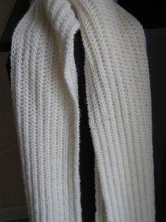 Écharpe femme en côtes anglaises J'adore ce point : il est très chaud et très agréable à tricoter. c'est idéal pour faire une belle écharpe !!! Fournitures : 6 pelotes de 50g de laines Aiguilles N°3,5 Point employé : Côtes anglaises : 1er rg : tricotez...