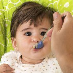 Las papillas de fruta así como los purés de verdura pueden ser incorporados a la dieta del bebé a partir de los 5 meses, de forma gradual, con cada fruta y cada verdura a la vez, observando si el bebé presenta alguna reacción o alergia al nuevo alimento. Guiainfantil.com te ofrece un abanico de recetas fáciles y rápidas para elaborar las papillas o los purés para tu bebé.    googletag.cmd.push(function() { var slot_1 = googletag.defineSlot('&#x...