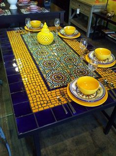 bastelideen mosaikbilder mosaike kreative ideen use quito antique floor tiles and/or old fish crockery to decorate old wooden table Mosaic Tile Table, Tile Tables, Mosaic Vase, Mosaic Table Tops, Dining Tables, Patio Tables, Dining Sets, Patio Dining, Mosaic Furniture