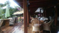 Baies Roses - Propose une cuisine créole et européenne ainsi que des spécialités sud-africaines. Il est situé sur une terrasse avec grands parasols. Un « boma » (tables en bois et feu de bois central) complète le décor.