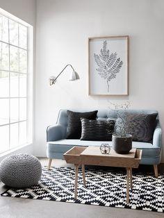 Salón estilo nórdico con sofá en azul