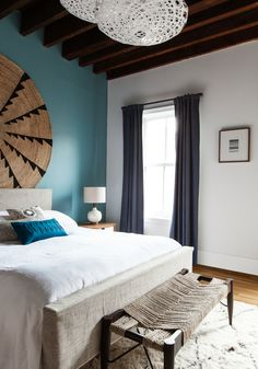 Elegant Loft with Colored Accents, Jersey City, 2014 - The New Design Project Très beau mur bleu Bedroom Designs For Couples, Apartment Decorating For Couples, Couples Apartment, Cozy Bedroom, Bedroom Wall, Bedroom Decor, Bed Room, Bedroom Ideas, Wall Decor