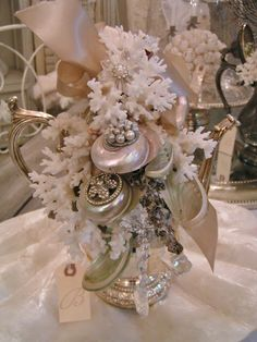 Blossoms Vintage Chic: May Bouquet of shells. Seashell Art, Seashell Crafts, Beach Crafts, Seashell Bouquet, Seashell Projects, Beach Christmas, Coastal Christmas, Christmas Crafts, Shell Decorations