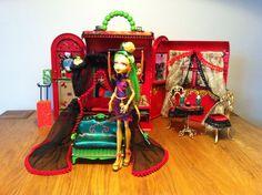 Monster High Haus, Monster High Dollhouse, Monster High Dolls, Diy Sliding Barn Door, Doll Home, Disney Dolls, Dollhouse Miniatures, Designer, High Beds